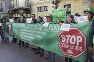 Protesta de la PAH frente al Ayuntamiento de L'Hospitalet.