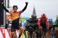 El español Ivan García celebra el triunfo en la tercera etapa de la París-Niza.