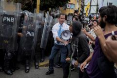 Juan Guaidó se une a simpatizantes durante los choques con la policía hoy en Caracas.