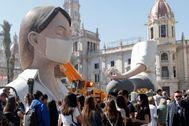Una falla imita a una mujer con mascarilla en Valencia.
