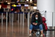 Una mujer con mascarilla en el aeropuerto de Zaventem, en Bruselas.