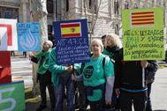 Concentración del Grupo Promotor de la Ley 24/2015 esta mañana en Barcelona.