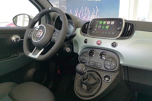 El interior tradicional del Fiat 500 que incorpora Uconnect con conectividad total.