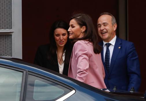 Irene Montero y Ricardo Mairal reciben a la Reina Letizia en la sede de la UNED.
