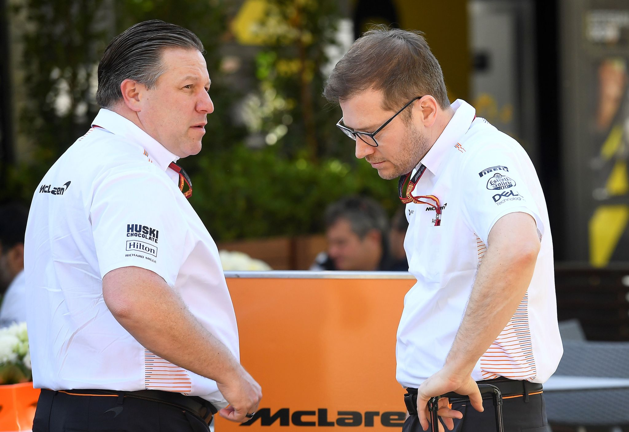 Zak Brown (L), chief executive of lt;HIT gt;McLaren lt;/HIT gt; Racing, talks to a team member in Melbourne on March 12, 2020, ahead of the Formula One Australian Grand Prix. (Photo by William WEST / AFP) / -- IMAGE RESTRICTED TO EDITORIAL USE - STRICTLY NO COMMERCIAL USE --