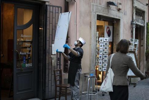 Cierre temprano de tiendas en Roma por el coronavirus.