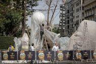 Artistas falleros preparan los 'ninots' para su traslado a Feria Valencia.