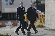 Juan Cotino accede a la Audiencia Nacional junto a su abogado.