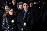 Imagen de archivo de Justin Trudeau junto a su mujer, Sophie Gregoire, durante una vigilia.