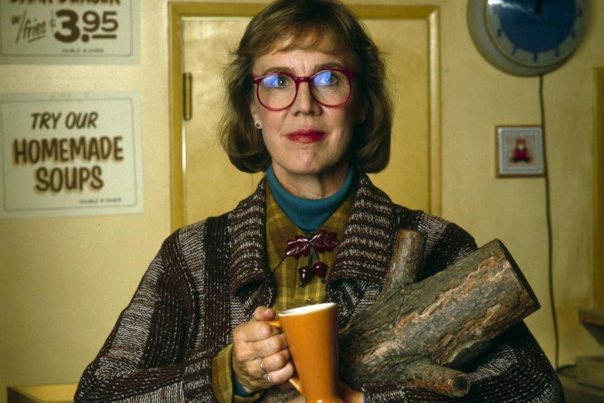 Catherine E. Coulson abrazada a su leño en 'Twin Peaks'.