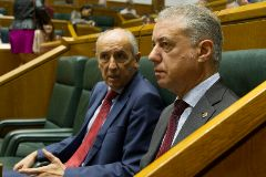 Josu Erkoreka junto al lehendakari Iñigo Urkullu durante una sesión del Parlamento Vasco.