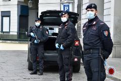 Carabinieri con mascarilla por el coronavirus en Turín.