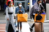 Tres mujeres con mascarilla para protegerse del coronavirus, en Nueva York.