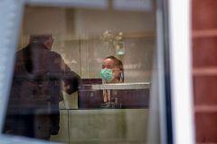 GRAFCAT2633. lt;HIT gt;IGUALADA lt;/HIT gt; (BARCELONA).- Vista de la recepción del Hospital de lt;HIT gt;Igualada lt;/HIT gt; en el que un brote de lt;HIT gt;coronavirus lt;/HIT gt; SARS-CoV-2 ha afectado a una veintena de personas, ocho de ellos personal sanitario, ha provocado el fallecimiento de una persona que estaba en la unidad de cuidados paliativos, y las causas de la muerte de otras dos aún están en estudio.