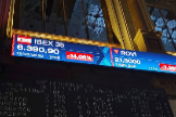 Caída del Ibex 35 ayer, vista en las pantallas del Palacio de la Bolsa de Madrid.