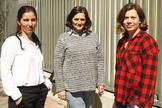 De izqda. a dcha., las opositoras Nuria Oter, Monserrat Solano y Nuria Gómez, en el juzgado donde trabajan.