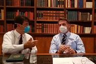 El presidente brasileño y el ministro de Salud, comparecen ayer, con mascarilla.