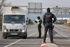 Agentes de los Mossos controlando el confinamiento.