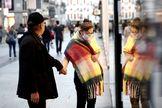 Una pareja se para en un escaparate en la calle Preciados, en el centro de Madrid.