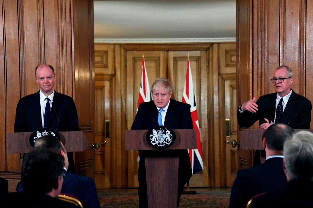 De izquierda a derecha: Chris Witty, Boris Johnson y Patrick Vallance, ayer.