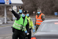 Policías eslovacos ordenan dar media vuelta a un conductor en la frontera con Hungría.