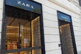 Una tienda de Zara cerrada en una calle de Roma.