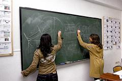 Dos estudiantes durante una clase