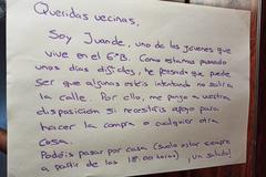 Cartel que un joven colgó en su edificio ofreciendo ayuda, en Madrid.