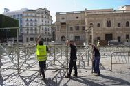Operarios montando, este mismo viernes, los palcos para la Semana Santa en la Plaza de San Francisco de Sevilla.