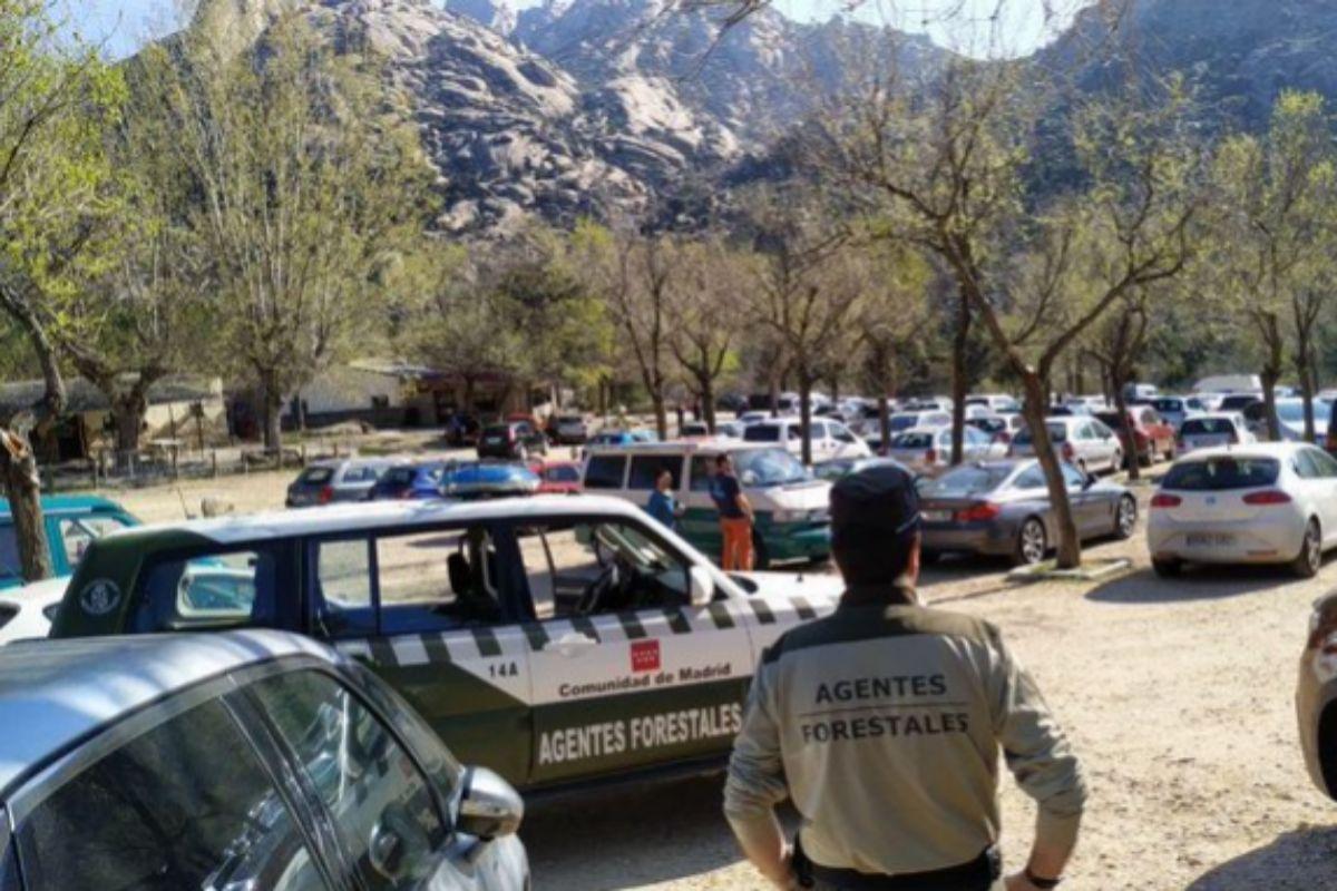 El parking de Canto Cochino de La Pedriza, hoy sábado, repleto de coches.
