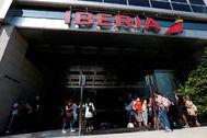 Colas en la puerta de Iberia en Buenos Aires intentando anular sus billetes.