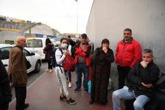 Un grupo de vecinos de Ceuta, este viernes, tras conocer el anuncio del estado de alarma.