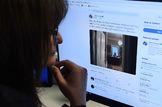 Una mujer mira la cuenta de Twitter del primer ministro canadiense, Justin Trudeau, que publicó una foto en la que se le veía trabajando desde casa.