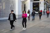 Madrid, 13 de marzo de 2020. El presidente del gobierno, Pedro Sánchez, ha anunciado hoy la aprobación del estado de lt;HIT gt;alarma lt;/HIT gt; para tratar de contener la expansión de la epidemia de coronavirus. En la imagen, ambiente en el centro de la ciudad tras el anuncio del presidente donde las principales cadenas de ropa han cerrado sus tiendas.