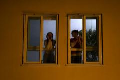 España aplaude desde sus balcones a los sanitarios que luchan contra el coronavirus