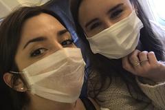 Las 'erasmus' María Aranda (izqda) y Blanca Cadarso, en el avión en el que regresaron a España.