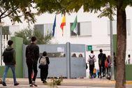 Alumnos entrando en un colegio el último día que estuvieron abiertos.