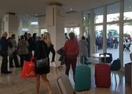 Turistas del Imserso evacuados, ayer, de un hotel en la isla de Ibiza.
