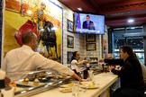 Ciudadanos escuchan la intervención de Pedro Sánchez para anunciar el estado de alarma.