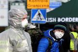 Dos hombres con mascarilla en la frontera entre Polonia y Alemania.