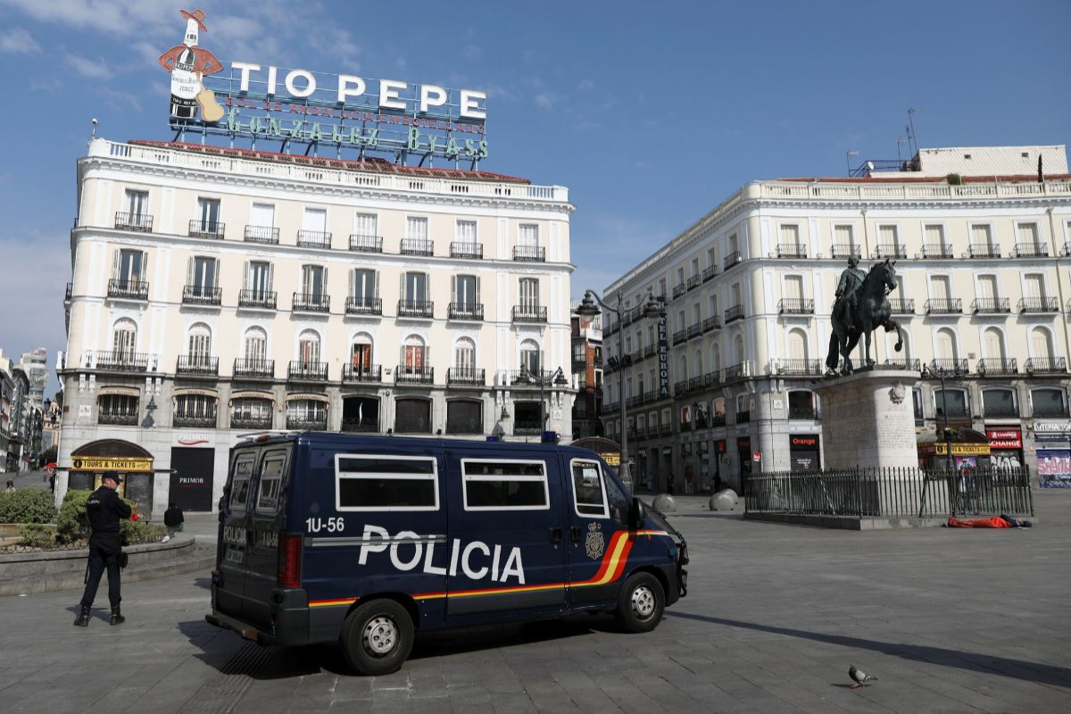 La Policía vigila la madrileña Puerta del Sol.