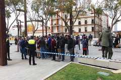Marroquìes llegados desde Italia hacen cola a las puertas del consulado de Marruecos en Algeciras.
