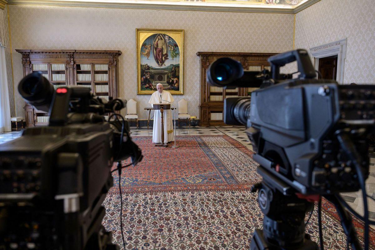 El Papa Francisco durante una oración retransmitida.