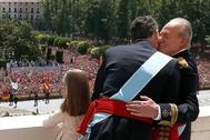 Juan Carlos I abraza a Felipe VI el día de su proclamación como nuevo Rey, el 19 de junio de 2014.