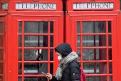 Una mujer con mascarilla pasea por Londres.