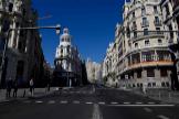 Aspecto que mostraba ayer la Gran Vía de Madrid, con todo el comercio cerrado y vacío de tráfico y transeuntes.