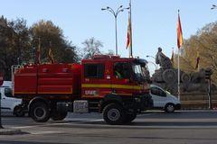 Un camión de la Unidad Militar de Emergencias circula por la Plaza de Cibeles en Madrid.