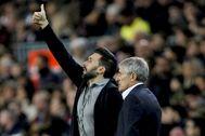 Eder Sarabia y Quique Setién, asistente y técnico del Barcelona.