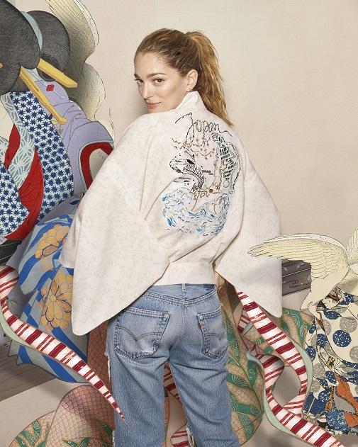 Sofia Betak con jeans y chaqueta estilo oriental diseñada por ella para Luxury Collection. D.R.