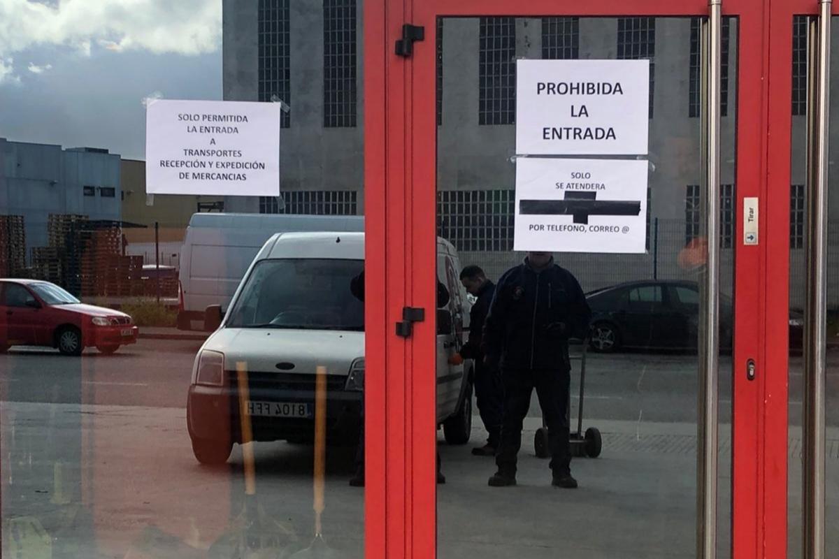 Imagen de un establecimiento de recambios en Lugo que impide la entrada a los clientes